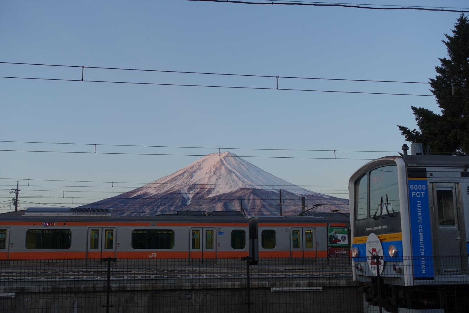 早朝の富士山、河口湖駅にて