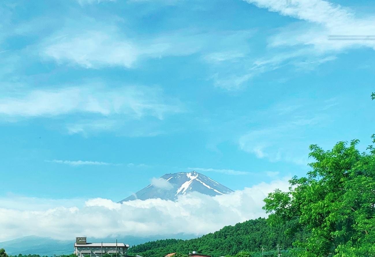初夏、晴れの日の富士山